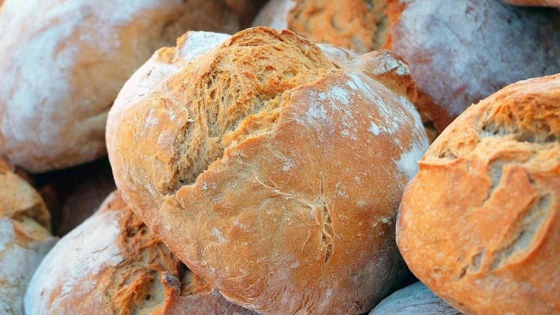 Хлеб лежит на столе