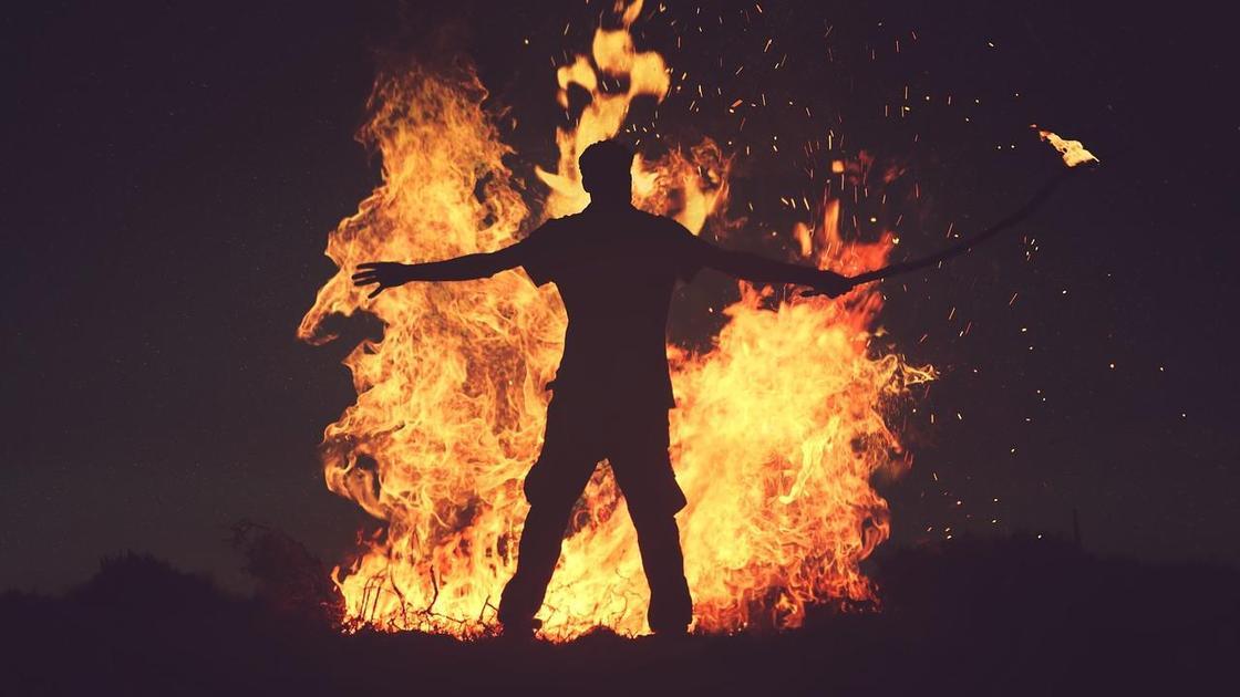 парень на фоне огня