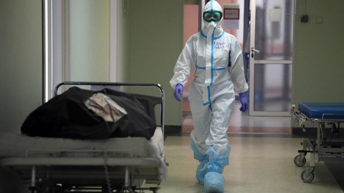 Врач идет по больничному коридору