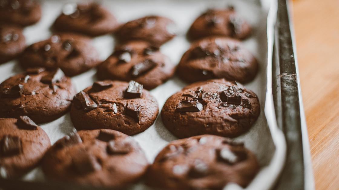 Шоколадное печенье на столе