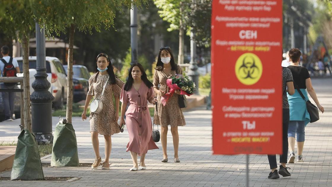 девушки идут по улице в Алматы