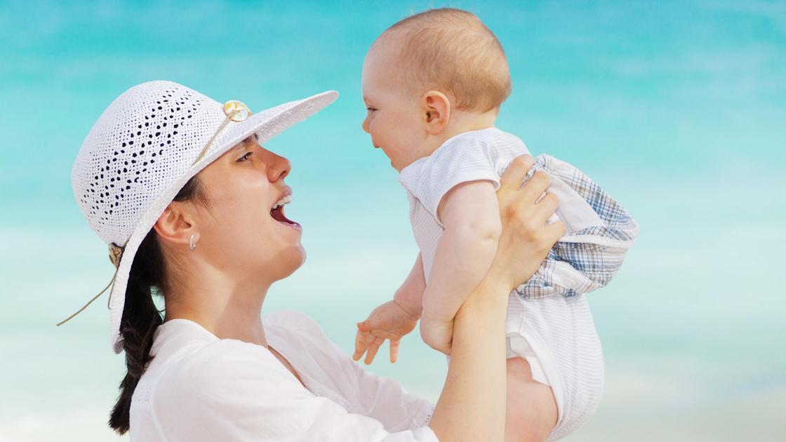 трехмесячный ребенок на руках у матери