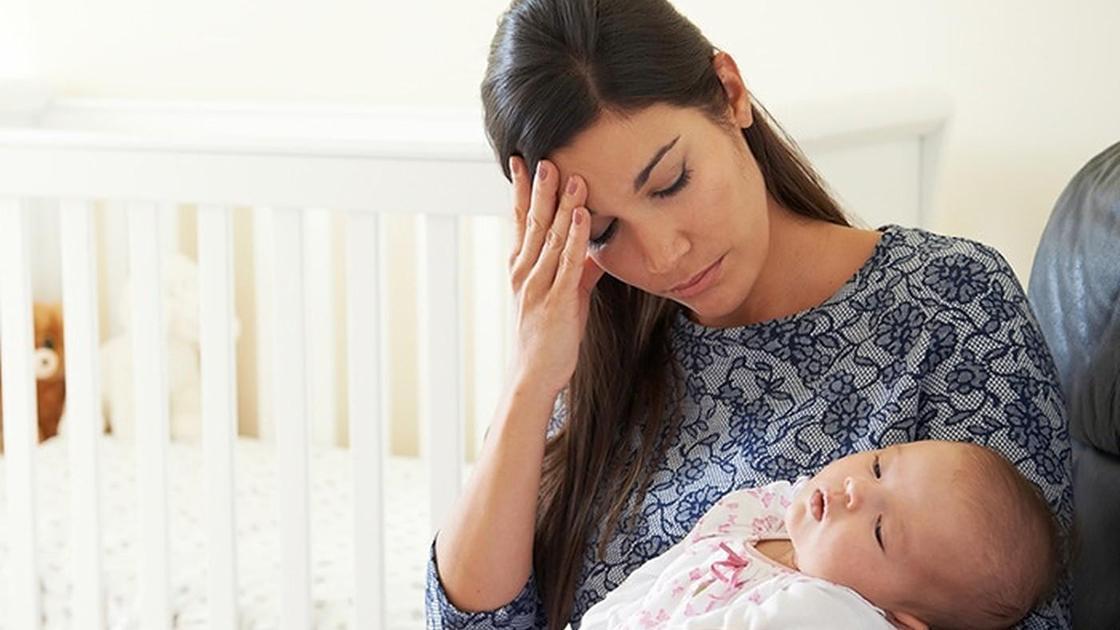 мать с маленьким ребенком на руках