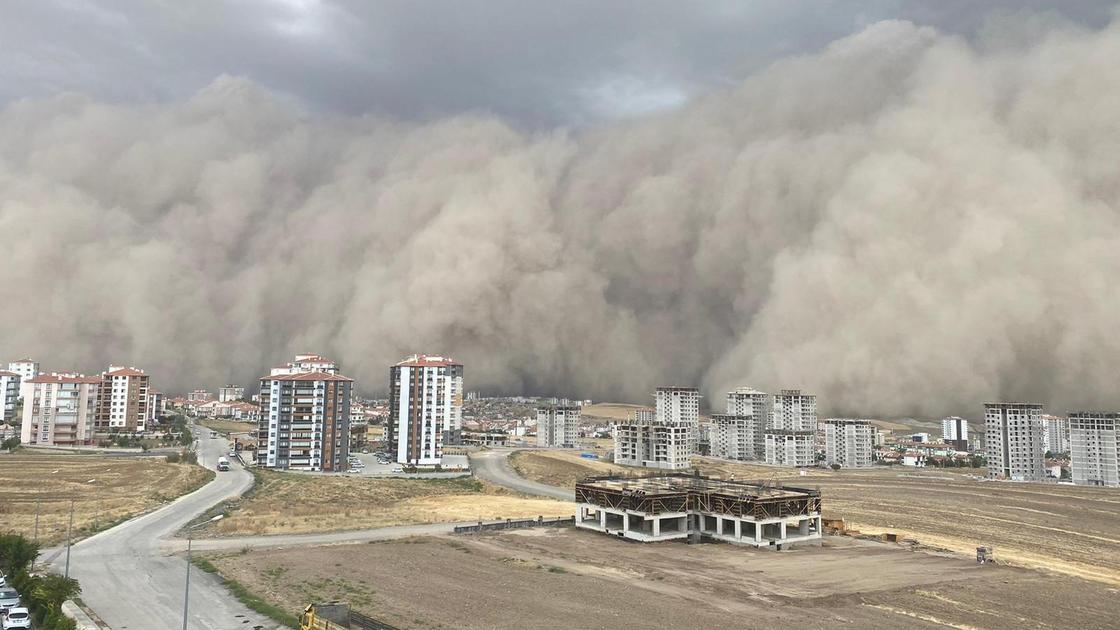 Песчаная буря накрывает город