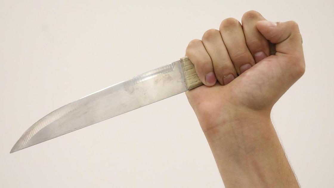 мужская рука держит нож