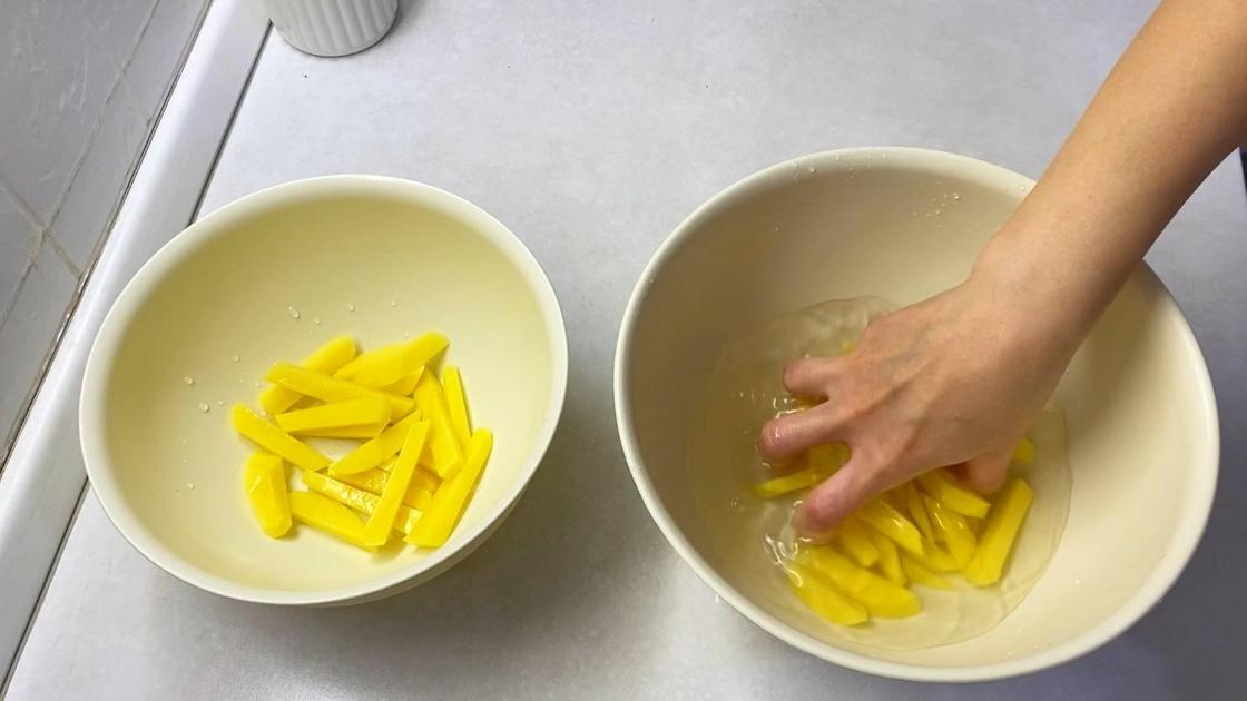 Картошку промывают в воде