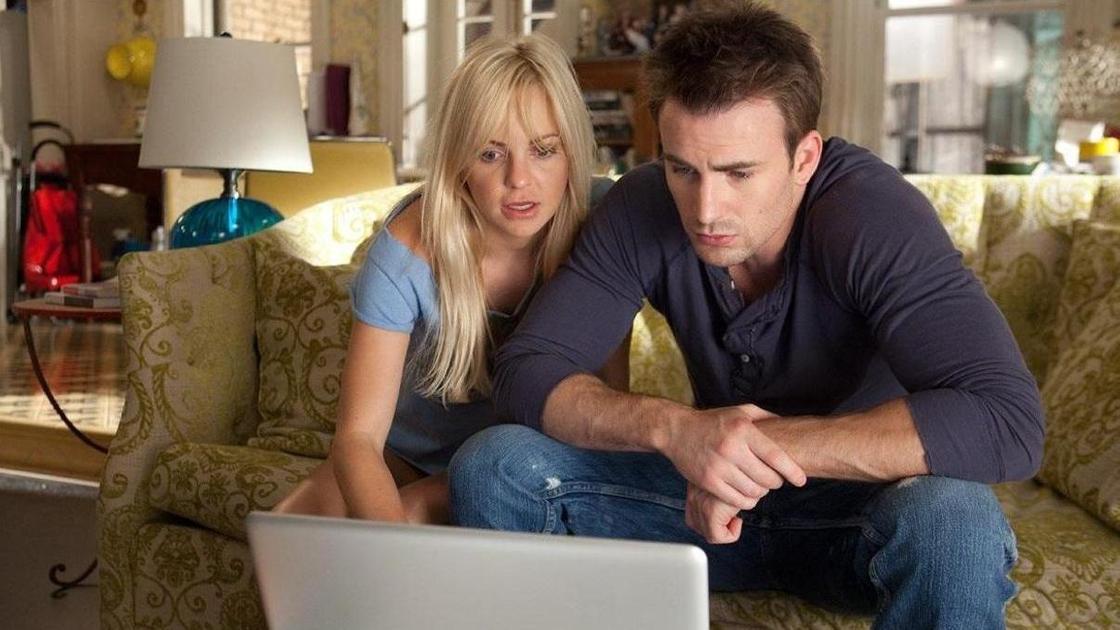 пара смотрит в ноутбук