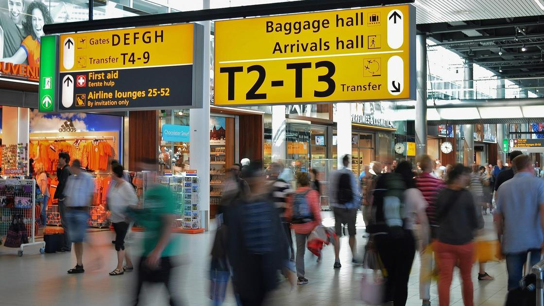 пассажиры идут по терминалу аэропорта