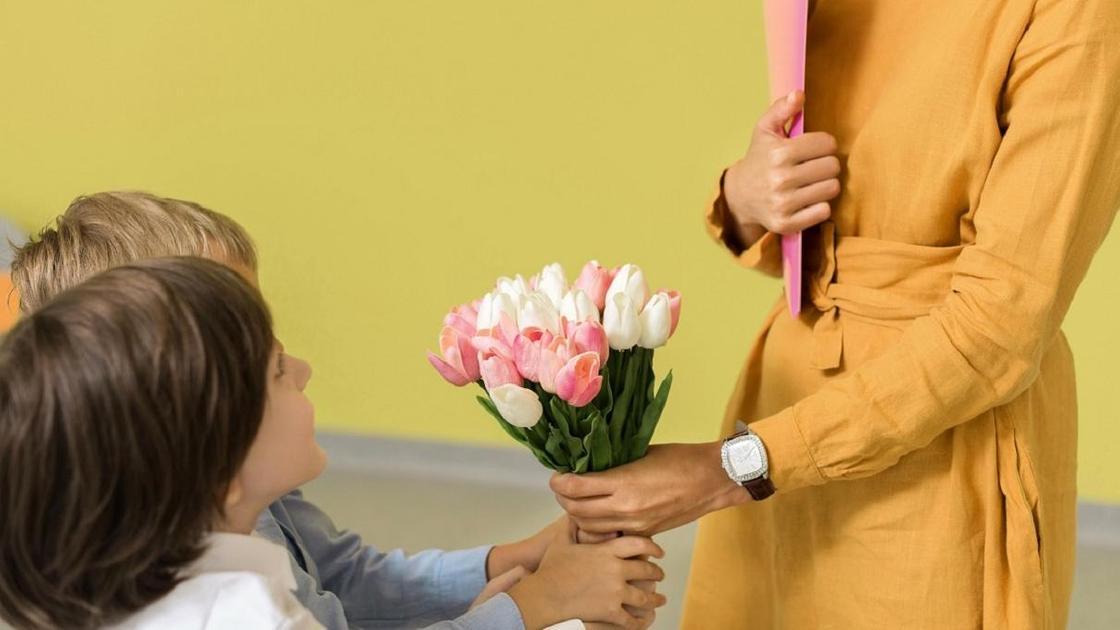 Дети дарят цветы учителю
