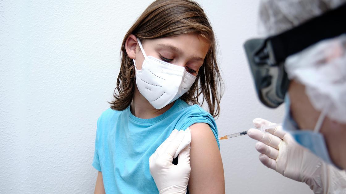 Ребенку ставят прививку