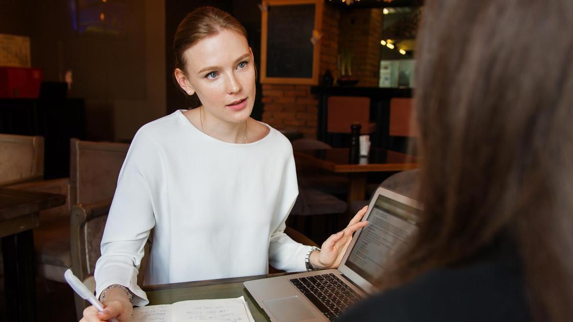 Женщины разговаривают за столом