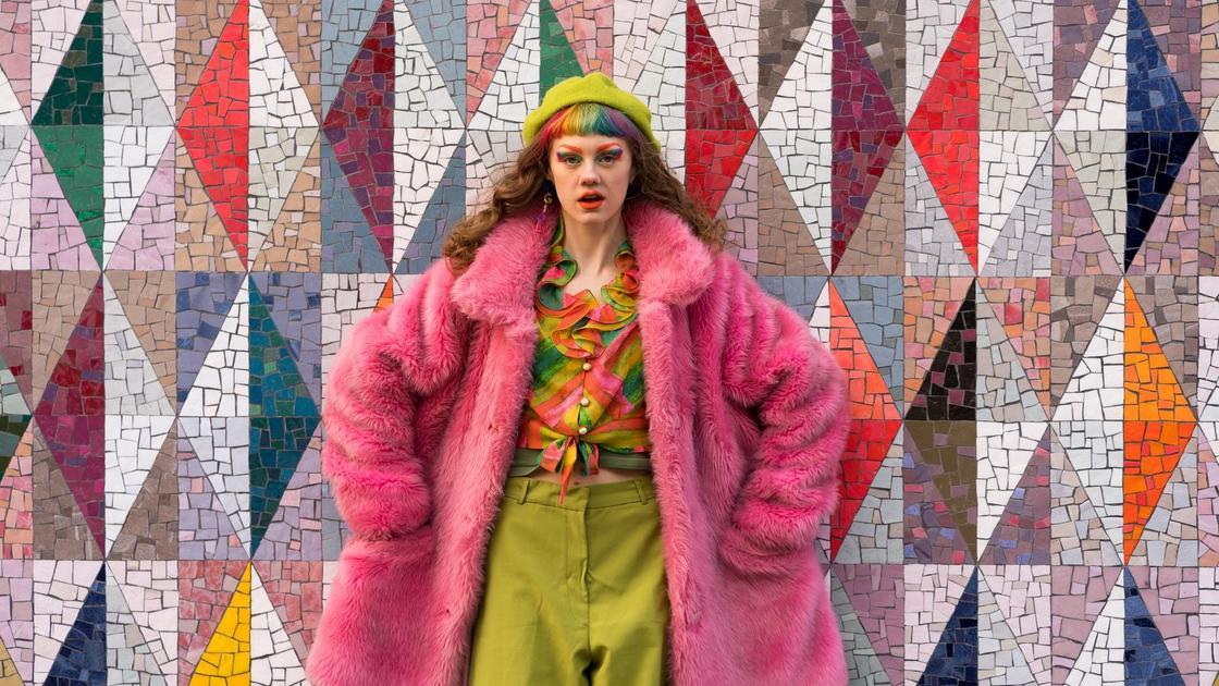 девушка в разноцветной одежде