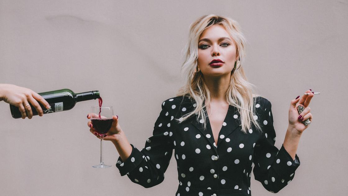 Девушка с сигаретой и стаканом вина