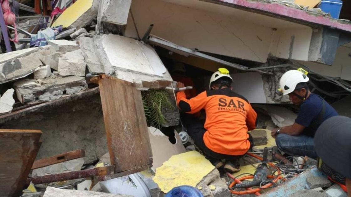 Спасатели работают на месте обрушения здания