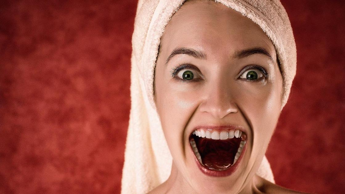 Девушка с полотенцем и открытым ртом