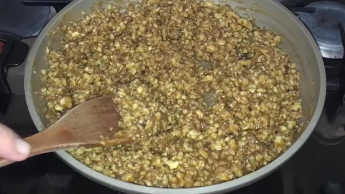 Начинка из орехов, сливок и сиропа
