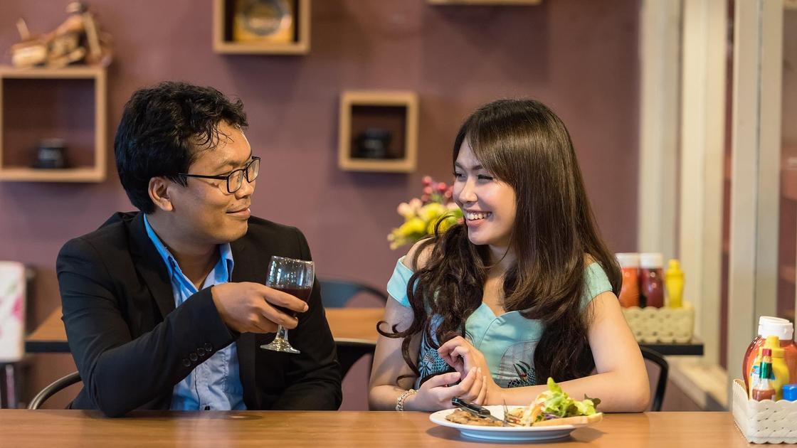 Парень и девушка за столиком в кафе
