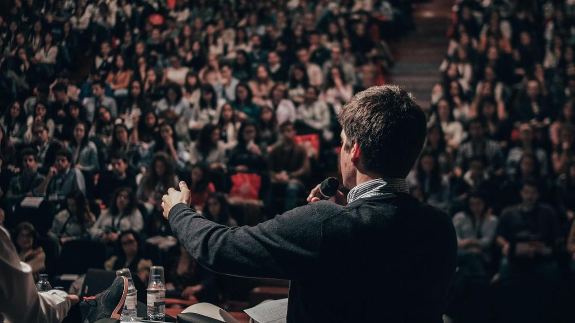 мужчина выступает перед публикой