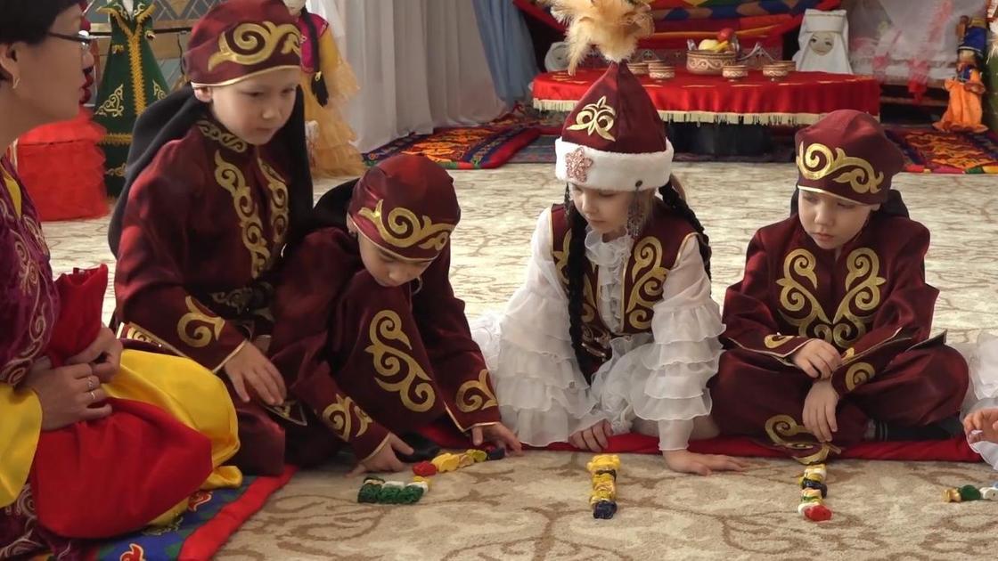 Дети в казахских костюмах играют