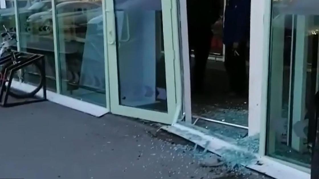 Разбитая входная дверь супермаркета
