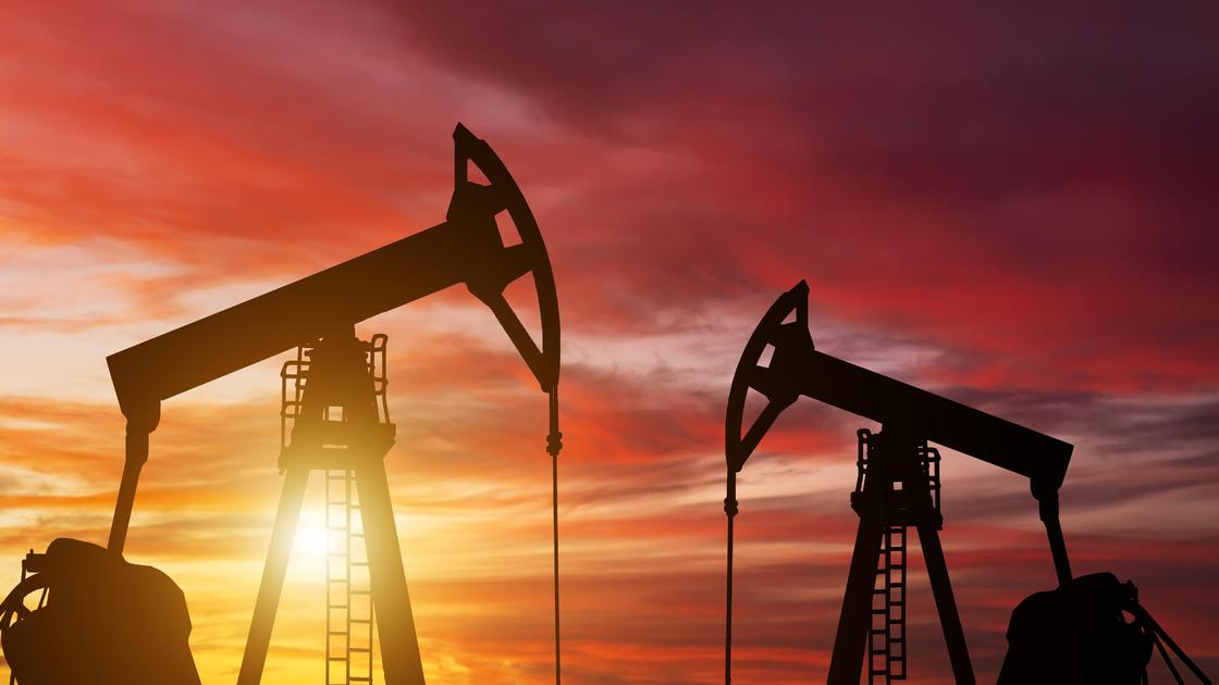 Оборудование для добычи нефти на фоне заката