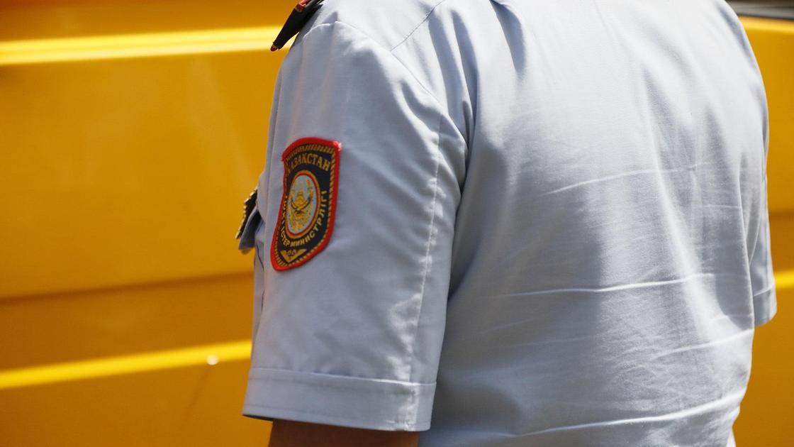 Полицейский идет по улице