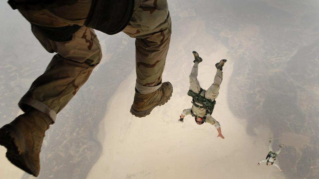 Военные прыгают с парашютом