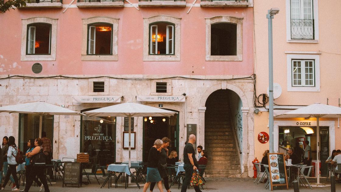 Люди на одной из улиц Лиссабона
