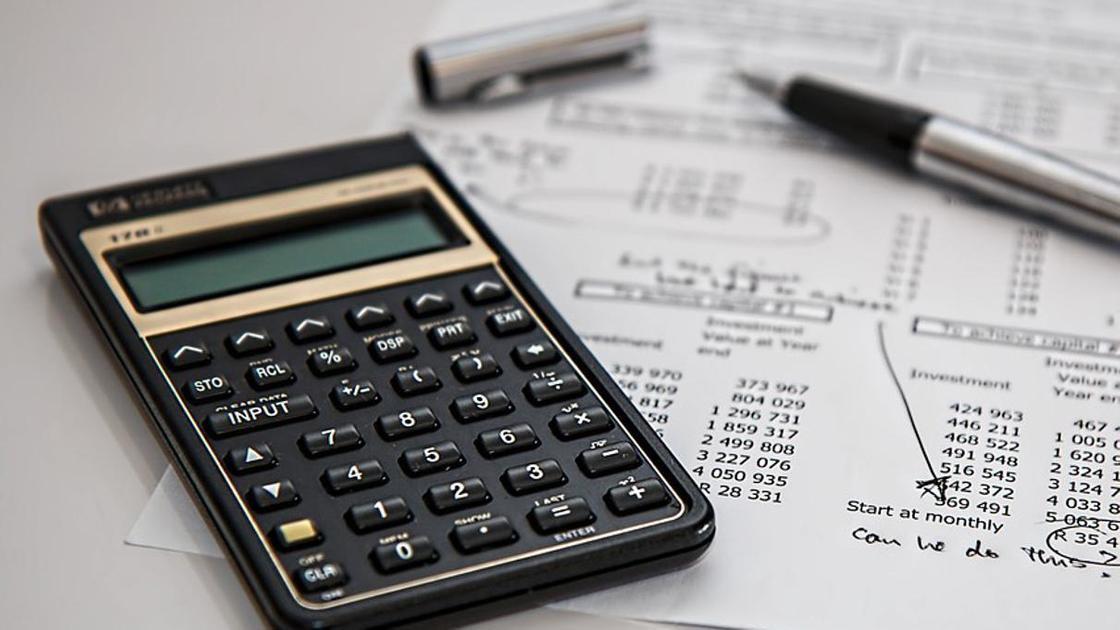 Калькулятор лежит на графике