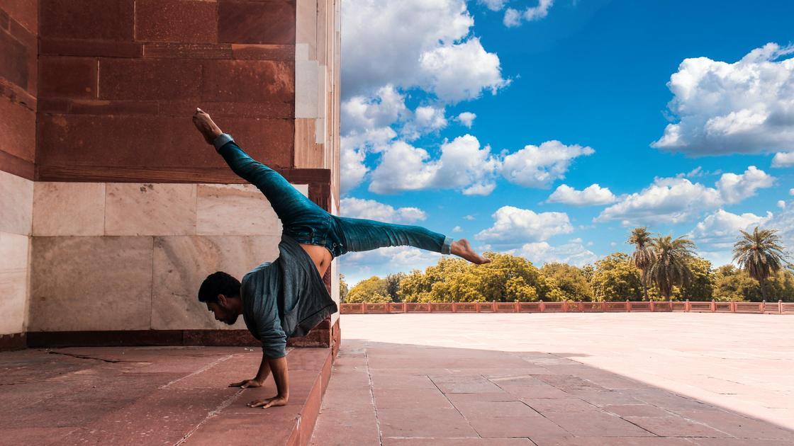 Мужчина занимается акробатикой
