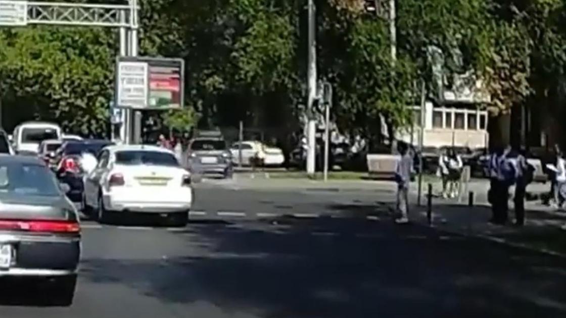 Машина выезжает на тротуар в Алматы