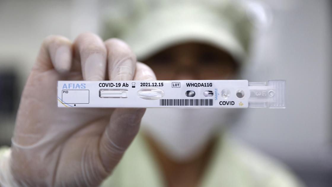 Медик держит тест на КВИ
