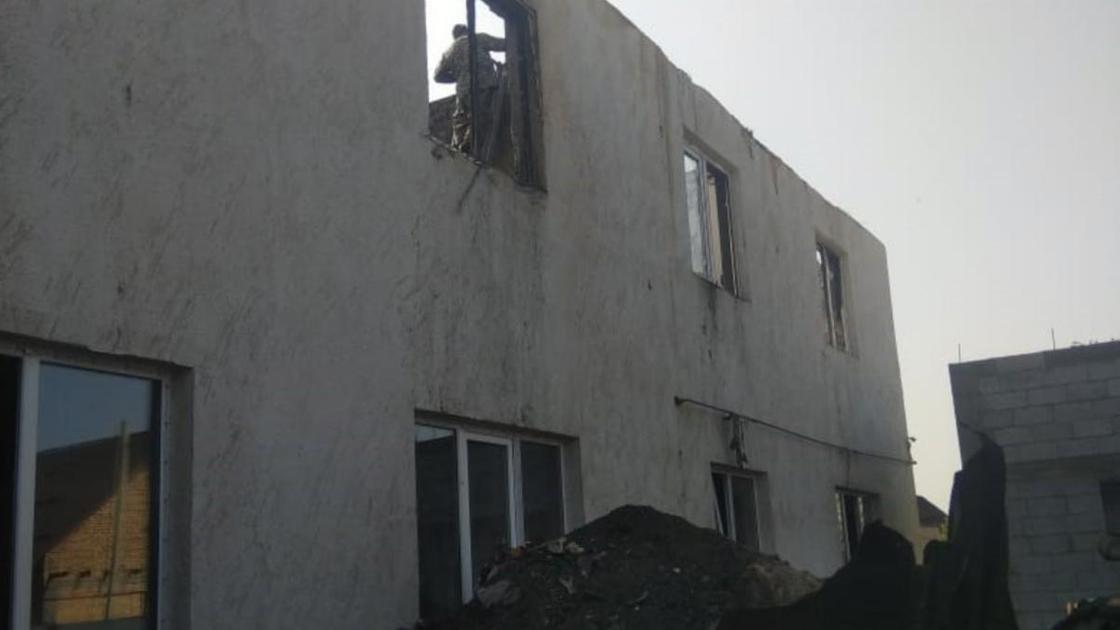 Сгоревший дом без крыши