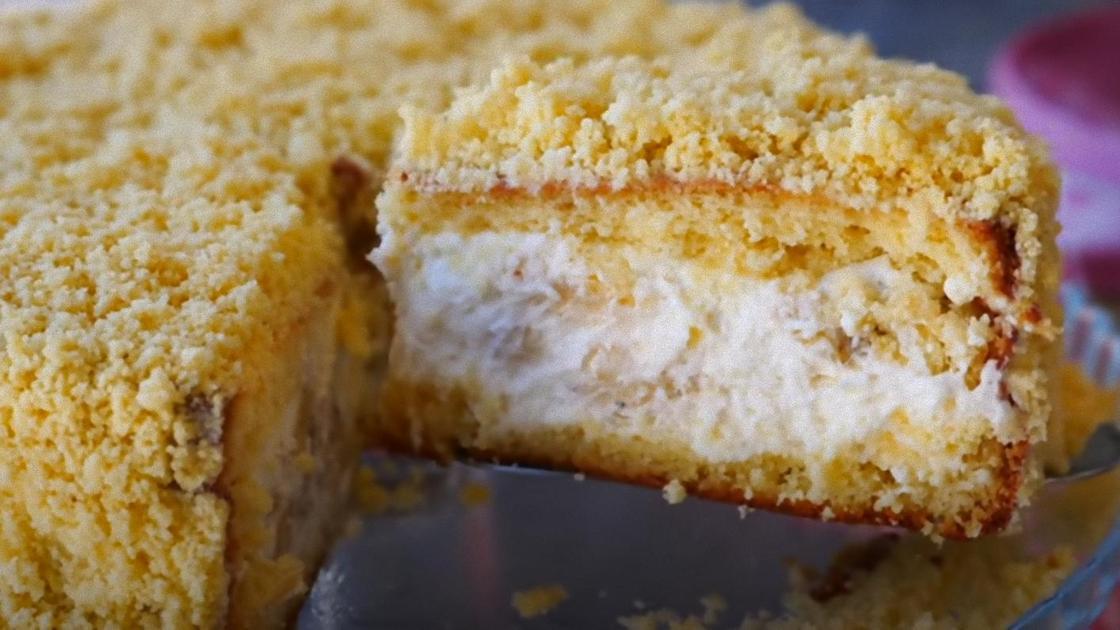 Банановый пирог с кремом на блюде