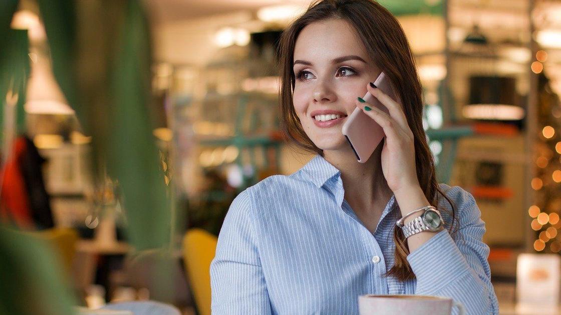 Девушка общается по телефону