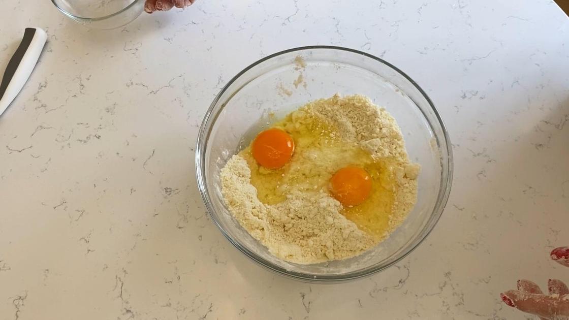 Два яйца и мука