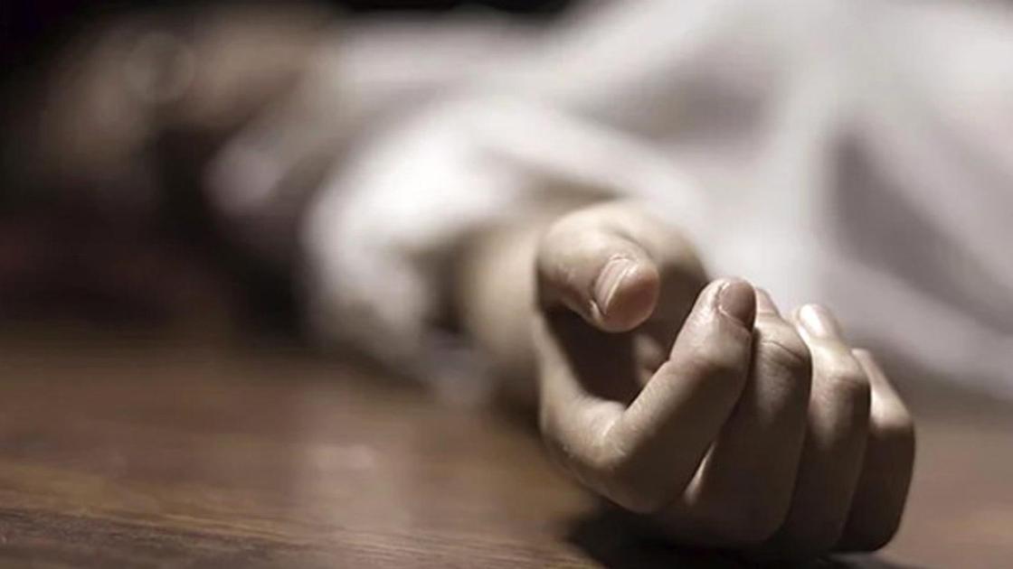 человек лежит на полу, рука крупным планом