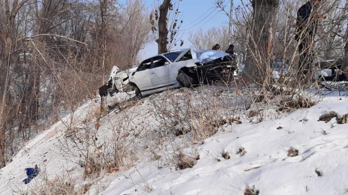 Поврежденная машина стоит у обрыва