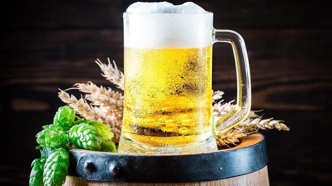 Пиво в бокале на бочонке