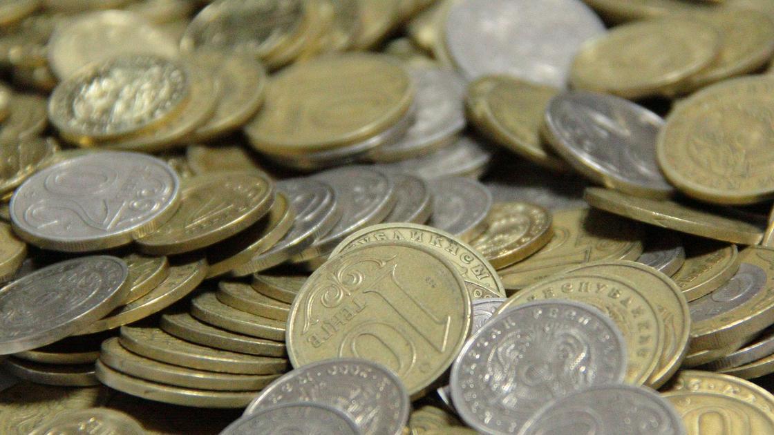 монеты тенге лежат на столе