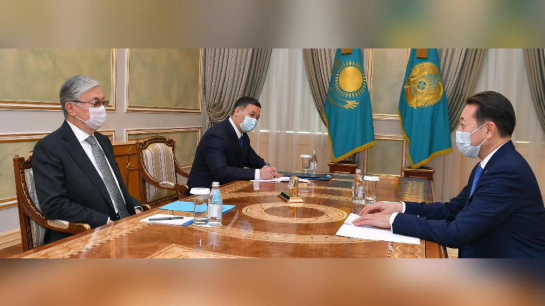 Касым-Жомарт Токаев и Кайрат Сарыбай сидят за столом