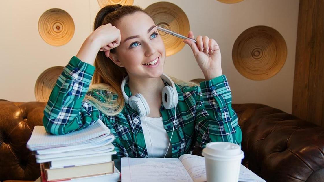 Девушка-студентка