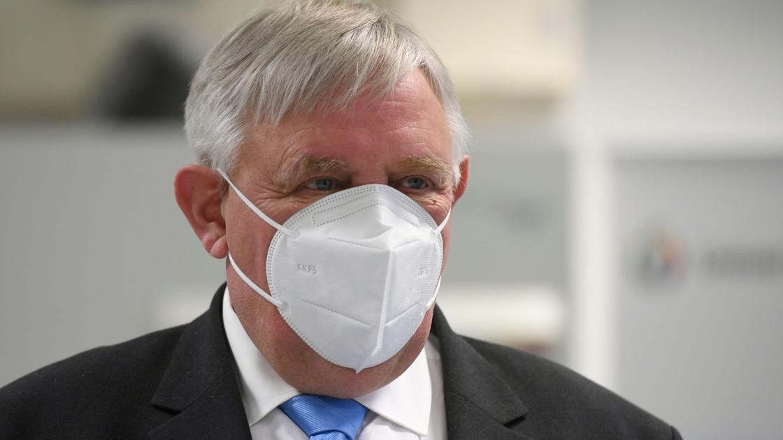 Министр внутренних дел Северного Рейна-Вестфалии Карл-Йозеф Лауман носит маску FFP2