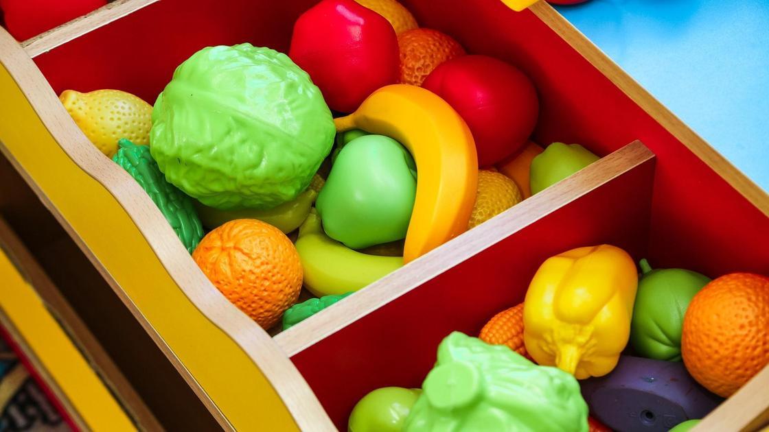 Ящик с игрушечными овощами