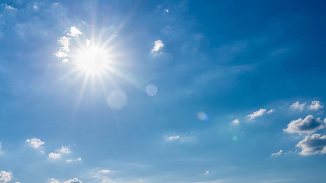 Солнце в небе с облаками