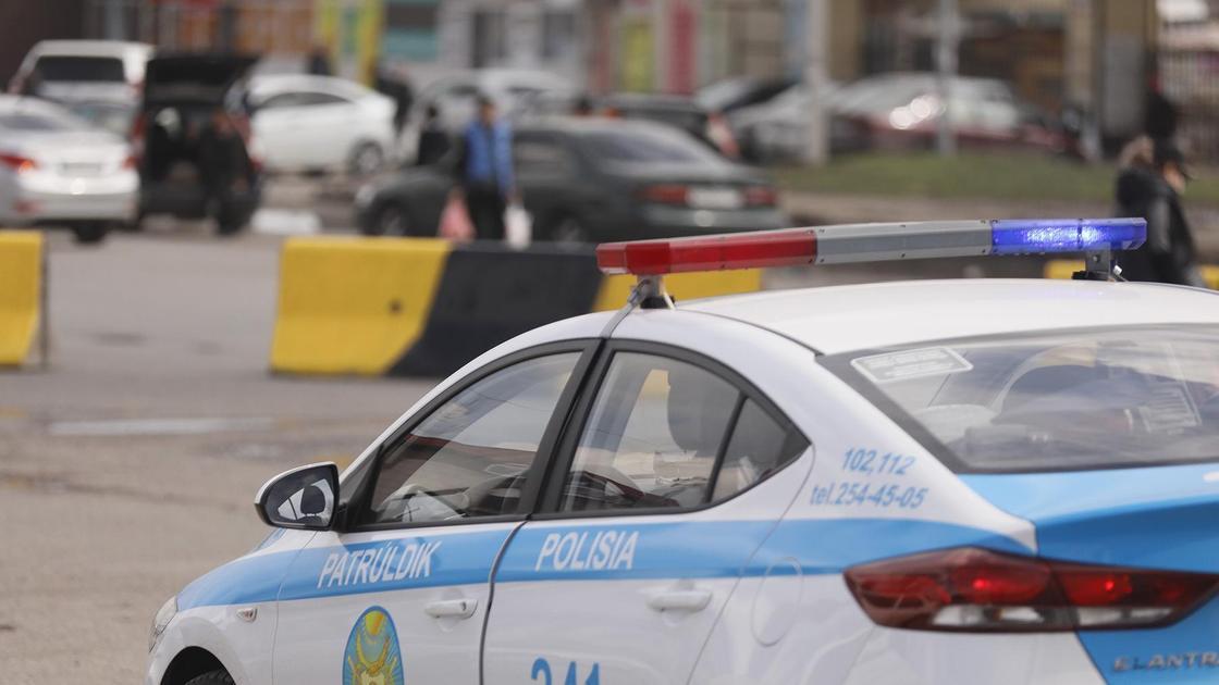 Полицейская машина стоит возле поста