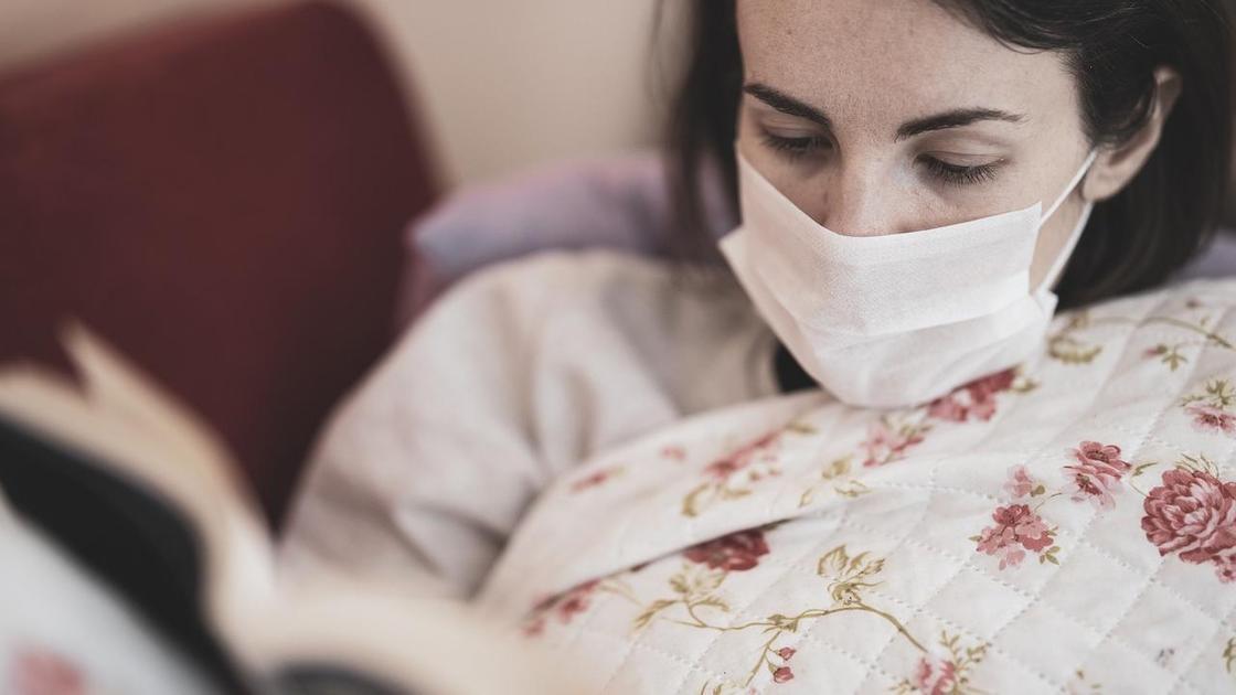 Пациент в маске в кровати