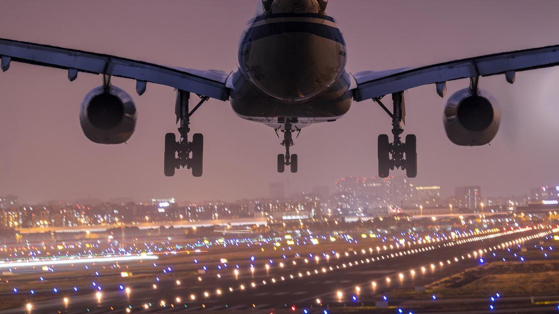 Самолет идет на посадку вечером