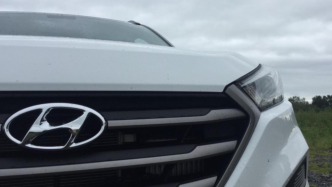 Автомобиль Hyundai белого цвета