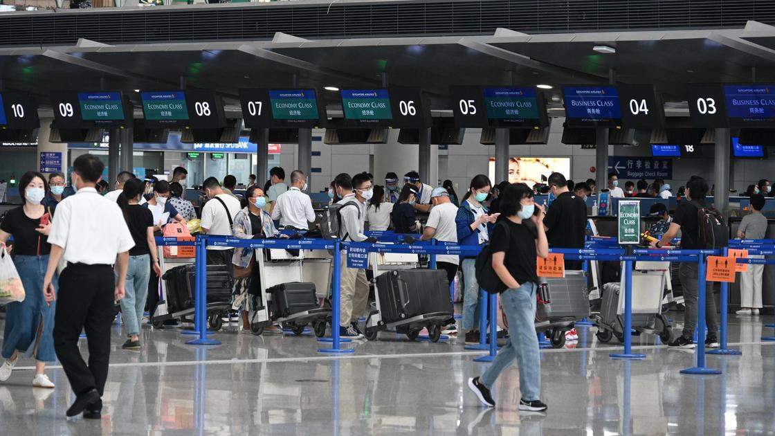 Люди в масках в аэропорту